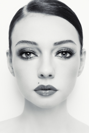 beautiful girl face: Close-up portrait of young beautiful woman with stylish make-up