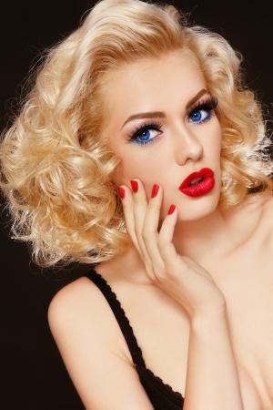 Junge schöne stilvolle Retro blonde Mädchen mit überraschten Ausdruck