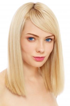 흰색 배경 위에 맑은 메이크업 젊은 아름 다운 금발 소녀