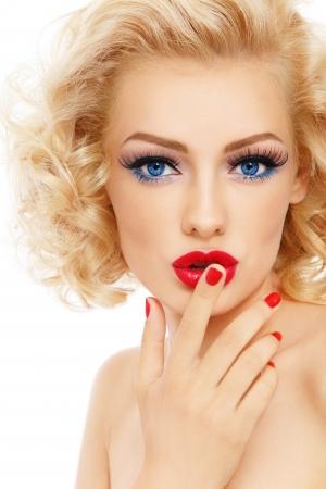 labios rojos: Joven hermosa rubia sexy con estilo de maquillaje y peinado y tocar sus labios, en el fondo blanco