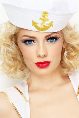 Junge schöne sexy Mädchen mit blonden Locken und stilvolle Make-up als Matrose verkleidet