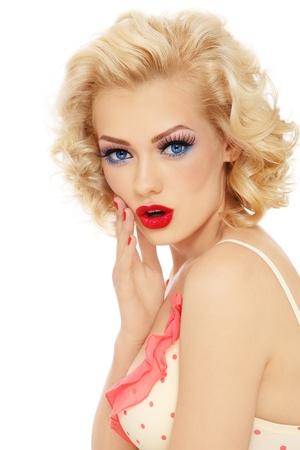 Junge schöne stilvolle Retro blonde Mädchen mit überrascht Ausdruck, auf weißem Hintergrund