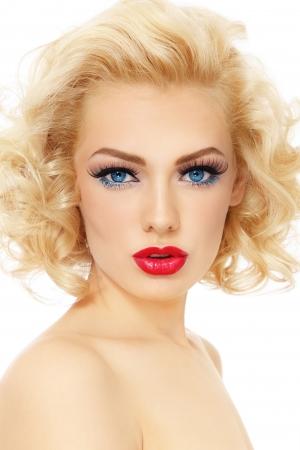 Junge schöne sexy Blondine mit stilvollen Make-up und Frisur, auf weißem Hintergrund