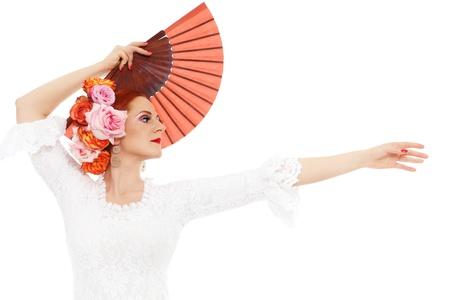 bailarina de flamenco: Joven bailarín atractivo flamenco con las rosas en el pelo y ventilador sobre fondo blanco Foto de archivo