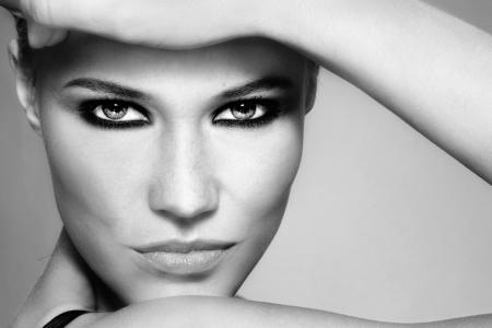 Close-up Schwarz und Weiß-Porträt der schönen stilvollen blonde Mädchen mit trendigen Make-up