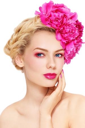 흰색 배경에 그녀의 머리에 분홍색 꽃을 가진 젊은 아름 다운 건강 금발 소녀 스톡 콘텐츠