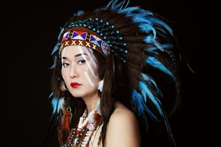 head-dress: Młoda kobieta w stroju amerykańskiego Indianina