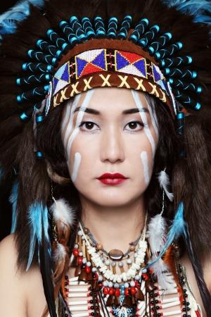 아메리칸 인디언의 의상을 입은 젊은 여자