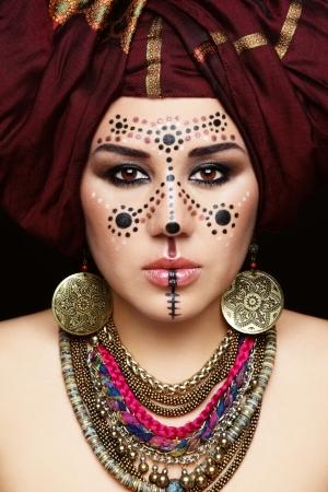 전통적인 베르베르 얼굴에 페인트와 터 번으로 젊은 아름 다운 여자의 초상화