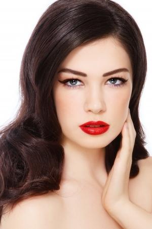 Portrait der jungen schönen Frau mit dem lockigen Frisur und roten Lippenstift auf weißem Hintergrund