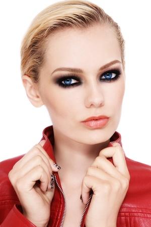 Portrait der jungen schönen blonden Frau mit smokey Augen
