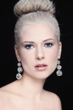 빈티지 가루 머리와 화려한 귀걸이 세로 ofyoung 아름다운 여자