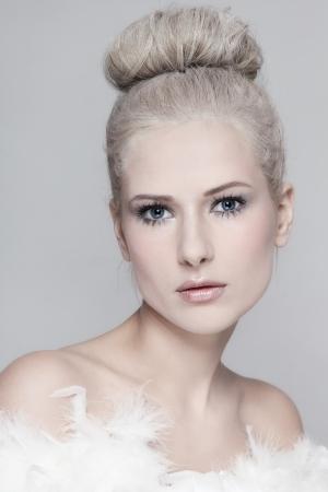 Portrait ofyoung schöne Frau mit vintage pulverisierte Frisur