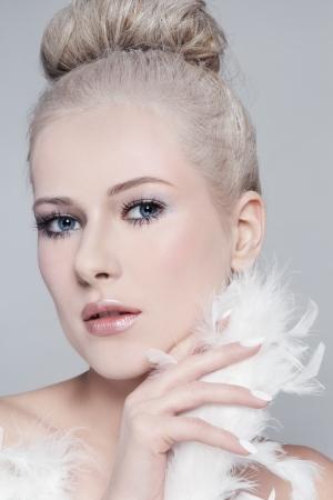 plume blanche: Portrait de belle jeune femme avec de la poudre mill�sime coiffure et boa de plumes blanches