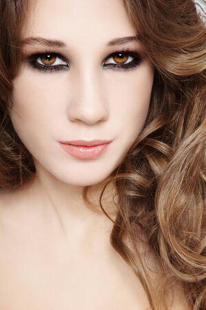 smoky eyes: Close-up ritratto di giovane bella ragazza con gli occhi fumosi