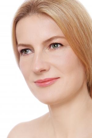 Close-up Portrait der schönen reifen Frau mit freier Haut Blick nach oben, auf weißem Hintergrund Lizenzfreie Bilder