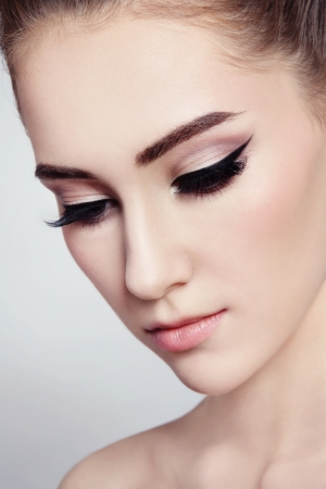 pretty eyes: Close-up portrait of young beautiful girl with cat eye make-up