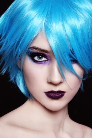 Portrait de belle jeune fille en perruque bleue fantaisie