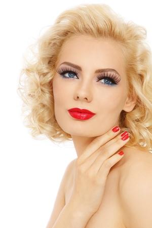 Young beautiful sexy blonde mit stilvollen Make-up und hairdo ihr Gesicht zu berühren der Suche nach oben