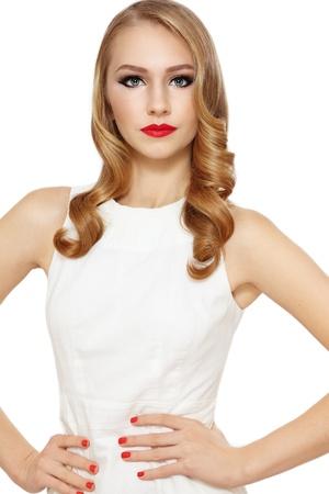 cabello rubio: Joven hermosa chica rubia con el pelo largo y rizado y labios pintados de rojo
