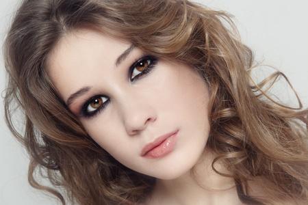 smoky eyes: Giovane bella ragazza fresca con i capelli ricci e gli occhi fumosi