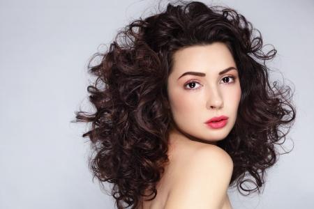 Junge schöne Frau mit wunderschönen langen lockigen Haaren