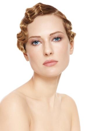 ondulation: Portrait de la belle jeune femme avec maquillage clair et vague de froid coiffure, sur fond blanc Banque d'images