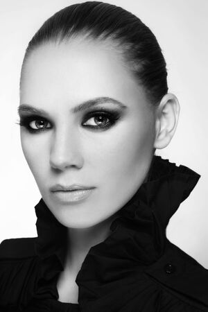 smoky eyes: Black and white portrait of beautiful stylish young woman with smoky eyes