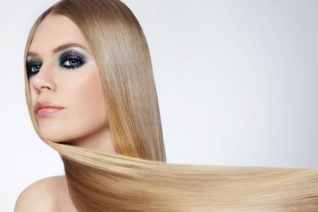 cabello rubio: Mujer hermosa joven que con el pelo largo y rubio