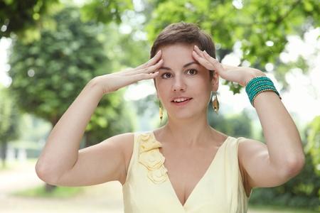 toma de decisiones: Al aire libre retrato emocional de la mujer atractiva joven de tomar una decisión