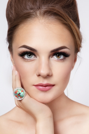 머리 롤빵 및 최신 유행 메이크업 젊은 아름 다운 세련 된 여자의 초상화 스톡 콘텐츠