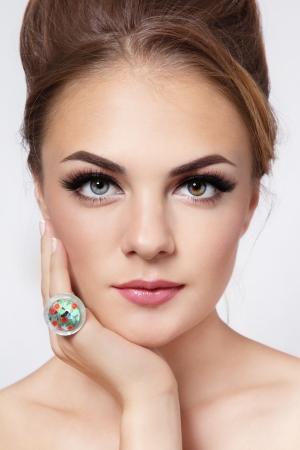 Portrait der jungen schönen Mädchen mit stilvollen Haar Brötchen und trendigen Make-up Lizenzfreie Bilder