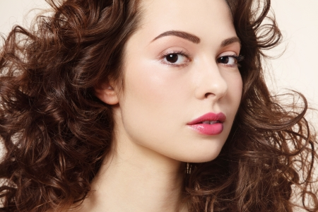 긴 곱슬 머리를 가진 아름 다운 신선한 여자의 초상화