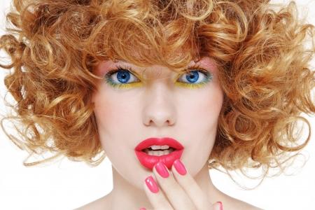 Close-up Portrait der jungen schönen Mädchen mit stilvollen Make-up und schockiert Ausdruck