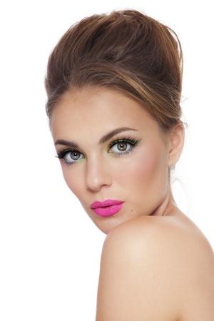 Junge schöne gebräunte Mädchen mit hellen frischen Make-up auf weißem Hintergrund