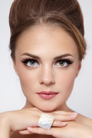 髪のお団子やトレンディな化粧と美しいスタイリッシュな少女の肖像画 写真素材