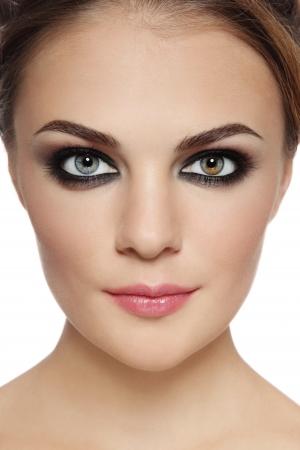 Close-up Portrait der jungen schönen stilvolle Frau mit rauchigen Augen über weißem Hintergrund