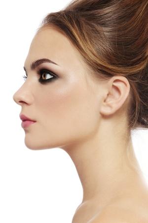 smoky eyes: Profilo ritratto di giovane donna bella elegante con gli occhi fumosi su sfondo bianco