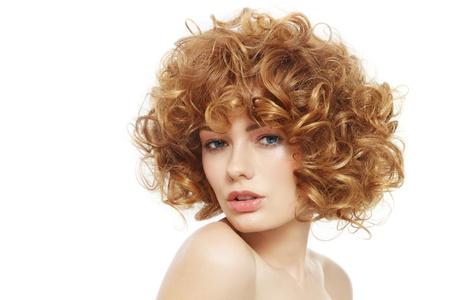 흰색 배경 위에 곱슬 머리를 가진 아름 다운 젊은 섹시 한 여자 스톡 콘텐츠