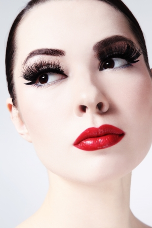 maquillage chat Close,up portrait de la belle jeune femme avec des lèvres  rouges