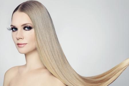 Junge schöne Frau mit langen blonden Haaren und stilvolles Make-up Lizenzfreie Bilder