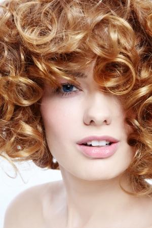 곱슬 머리를 가진 아름 다운 섹시 한 여자의 근접 초상화 스톡 콘텐츠
