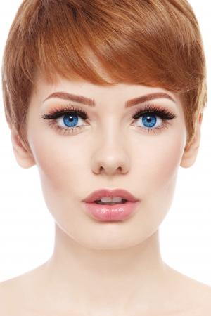 Portrait der jungen schönen Frau mit stilvollen Kurzhaarschnitt und frisches Make-up auf weißem Hintergrund