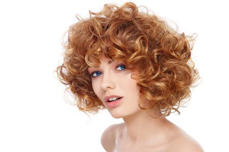 peluqueria: Hermosa mujer saludable feliz joven con el pelo rizado sobre fondo blanco Foto de archivo