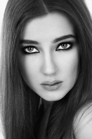 smoky eyes: Bianco e nero ritratto di giovane donna bellissima con i capelli lunghi e gli occhi fumosi