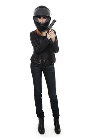 casco moto: Hermosa chica delgada sexy rubia con estilo en el casco del motorista con la pistola sobre fondo blanco