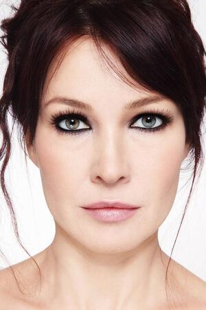 smoky eyes: Close-up ritratto della bella donna matura con gli occhi fumosi e pettinatura disordinato