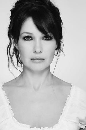 smoky eyes: Bianco e nero ritratto di bella donna matura con gli occhi fumosi e pettinatura disordinato