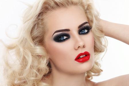 labios sexy: Close-up retrato de la joven y bella mujer rubia con ojos ahumados y labios rojos