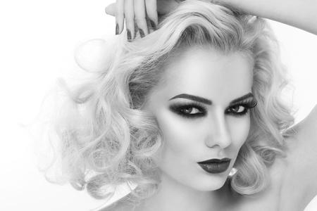 smoky eyes: In bianco e nero close-up ritratto di giovane donna bellissima con gli occhi fumosi e capelli ricci biondi